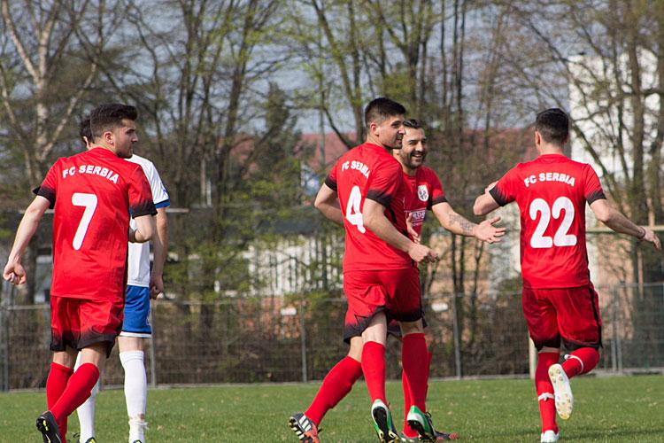 Hier bejubeln Daniel Jovic (l.), Rade Bogunovic (m.) und Mark Jukic (r.) einen Serbia-Treffer. | Foto: Dukic