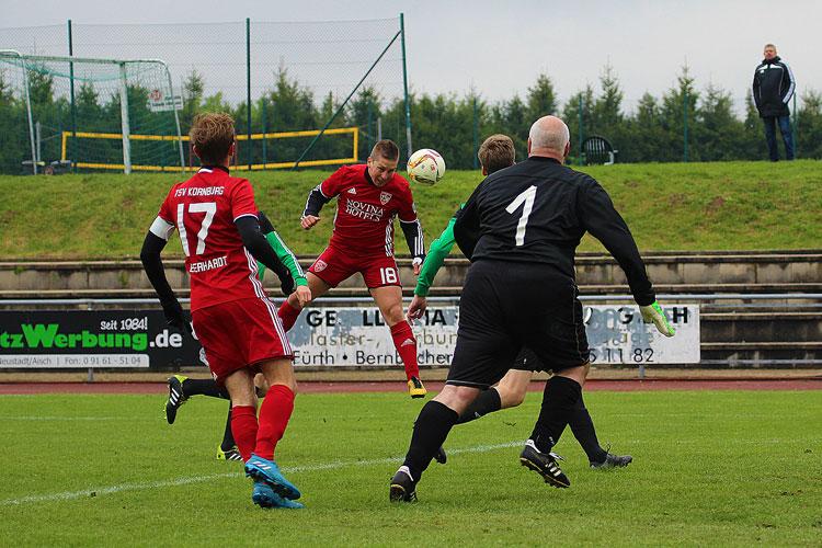 Dieser Kpfstoß von Kornburgs Szymon Pasko (m.) konnte durch ein Veitsbronner Abwehrbein noch geklärt werden.   Foto: fussballn.de